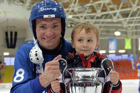 Евгений Иванушкин с сыном. Фото пресс-службы ХК «Байкал-Энергия»