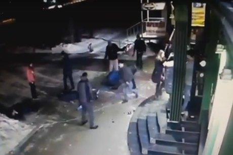 Видео массовой потасовки около бара Ангарска появилось вглобальной web-сети