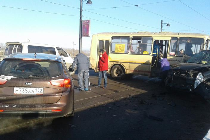 Автобус и вседорожный автомобиль столкнулись намосту вИркутске, есть пострадавшие