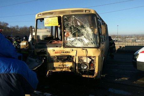 ВИркутске намосту столкнулись маршрутный автобус и джип