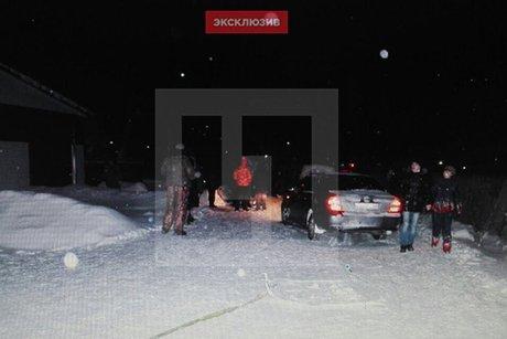 Двое человек погибли под колесами автомобиля, катаясь напокрышке вИркутской области