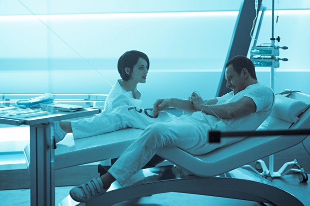 В секретной лаборатории Каллума погружают в специальное устройство, считывающее генетическую память. Фото с сайта www.kinopoisk.ru