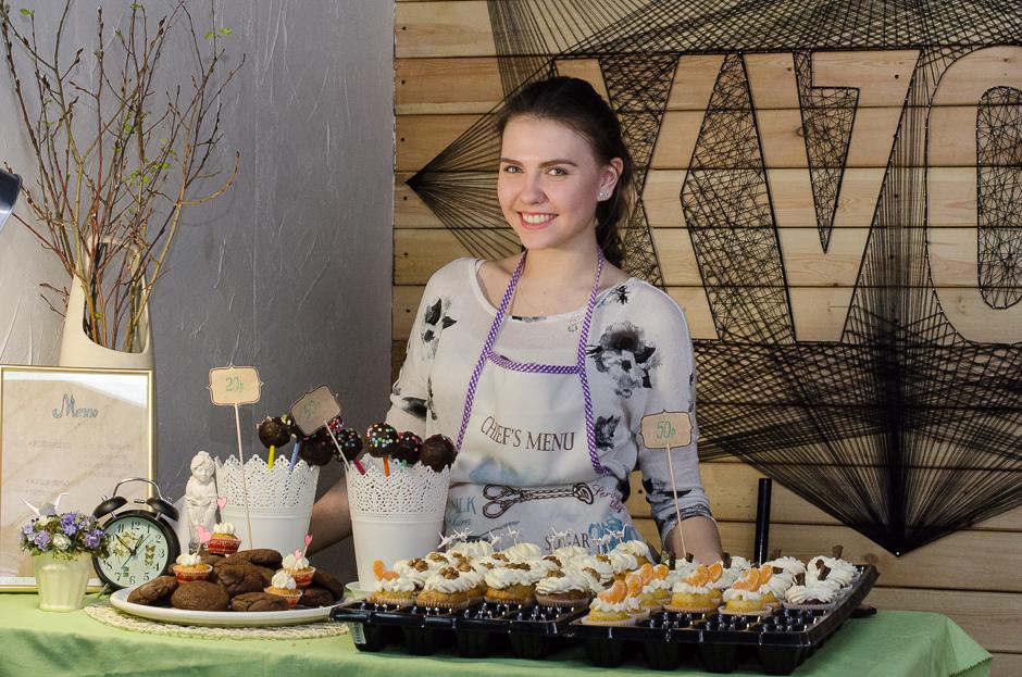 Владелица ресторана «Бумажный журавлик» угощала гостей кейк-попсами, капкейками, шоколадным печеньем. Особенно запомнились капкейки, украшенные крохотными бумажными журавликами