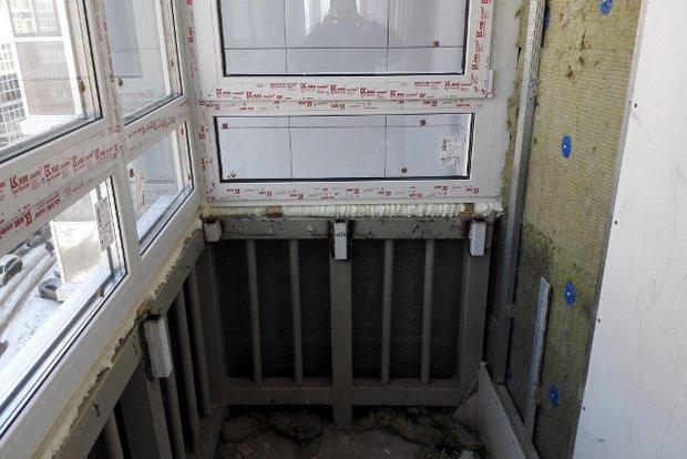 Установка металлической обрешетки. Фото с сайта balkonok.ru