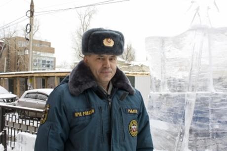 ВМурино инспектор ГИМС спас автотуристов, застрявших вснегу наберегу Байкала