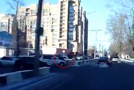 ВИркутске полицейский запрыгнул накапот мчащейся машины, чтобы задержать правонарушителя