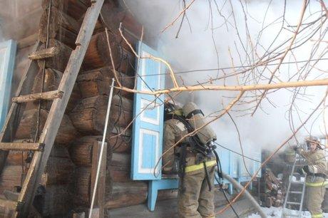 Всубботу вТулуне сгорел дом. Изогня спасли троих мужчин