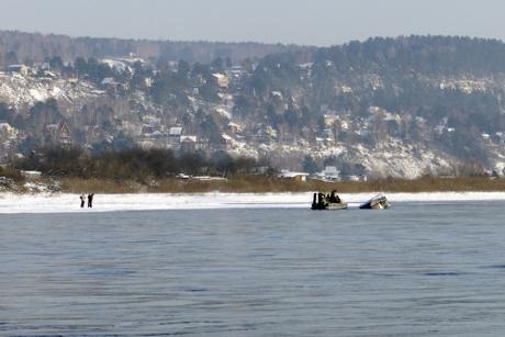 Лодка с 2-мя мужчинами перевернулась наАнгаре вИркутске