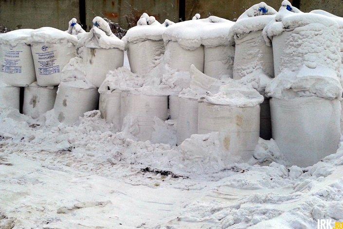 Мешки с солью на территории «Иркутскавтодора». Фото ИА «Иркутск онлайн»