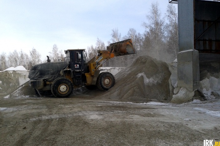 Песко-соляная смесь. Фото ИА «Иркутск онлайн»
