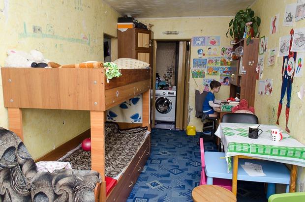 В законсервированном общежитии живут более 20 детей.