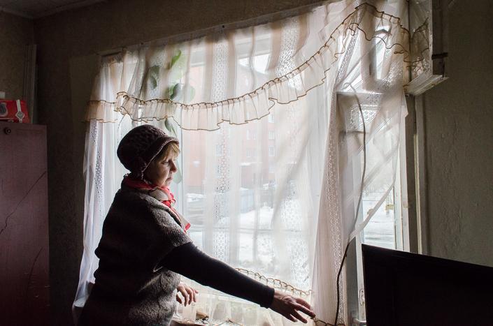 Под окном Екатерины Пеньковой большая промоина, через которую видно фундамент.