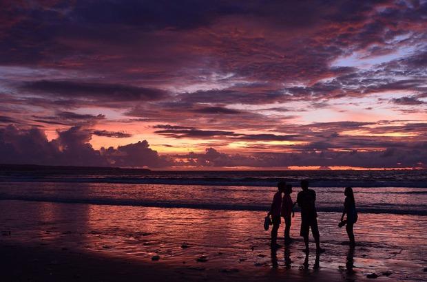 На Бали в том числе едут и за сумасшедшими по своей красоте закатами
