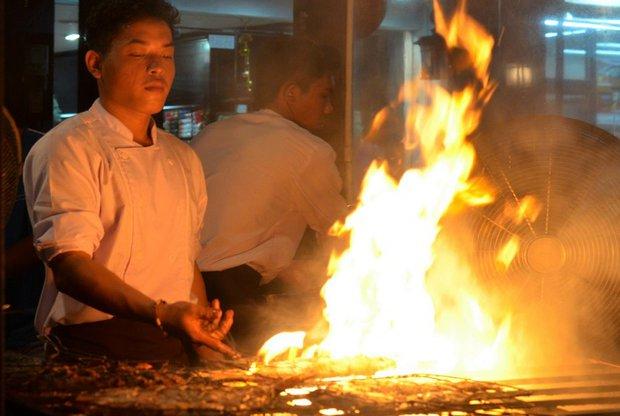 Еда готовится на живом огне и это часть уличной жизни курортов