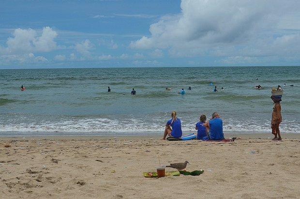 Пляж Куты, типичная картина для острова  – серферы, продавец всякой всячины, птицы, склевывающая подношения духам