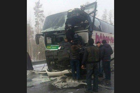 Братск: Двое человек пострадали при столкновении фуры иавтобуса Усть-Илимск
