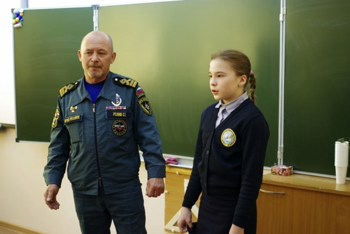 МЧС вознаградит иркутскую школьницу заспасение приятельницы, провалившейся под лед Ангары