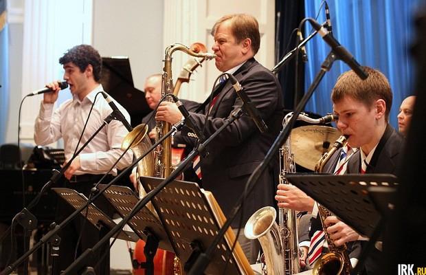 Игорь Бутман (в центре) на сцене Иркутской областной филармонии. Автор фото — Никита Добрынин