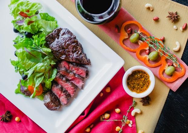 Блейд-стейк с лёгким салатом из овощей