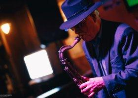 В ресторане «Фуллерс» играет саксофонист Александр Чекмарев