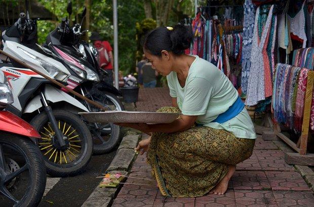 Каждое утро балийские женщины совершают подношения духам
