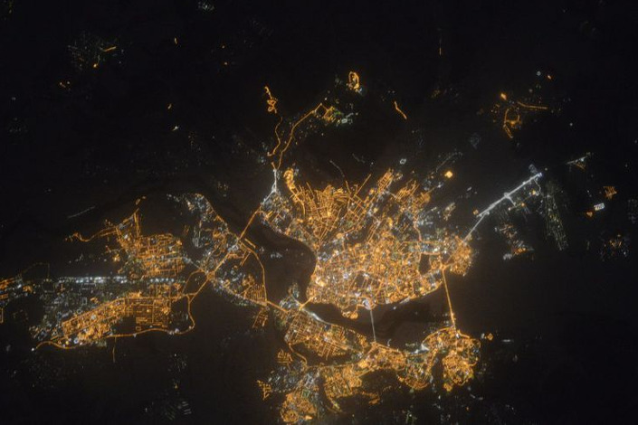 Ночной Иркутск. Фото www.roscosmos.ru
