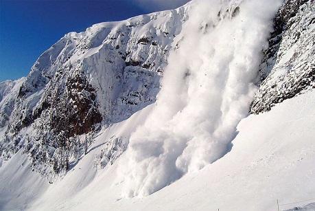 ВБурятии туристы изИркутска попали под снежную лавину