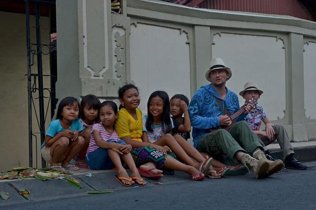 Туристы для индонезийских детей — как пришельцы из иного мира