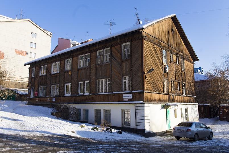 Центр располагается в цокольном этаже старого деревянного дома