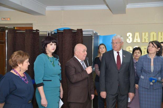 Валерий Тюменцев, Сергей Брилка и Наталья Дикусарова. Фото предоставлено пресс-службой Заксобрания региона