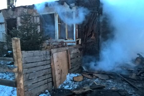 Мужчина спас двоих детей изгорящего дома под Иркутском