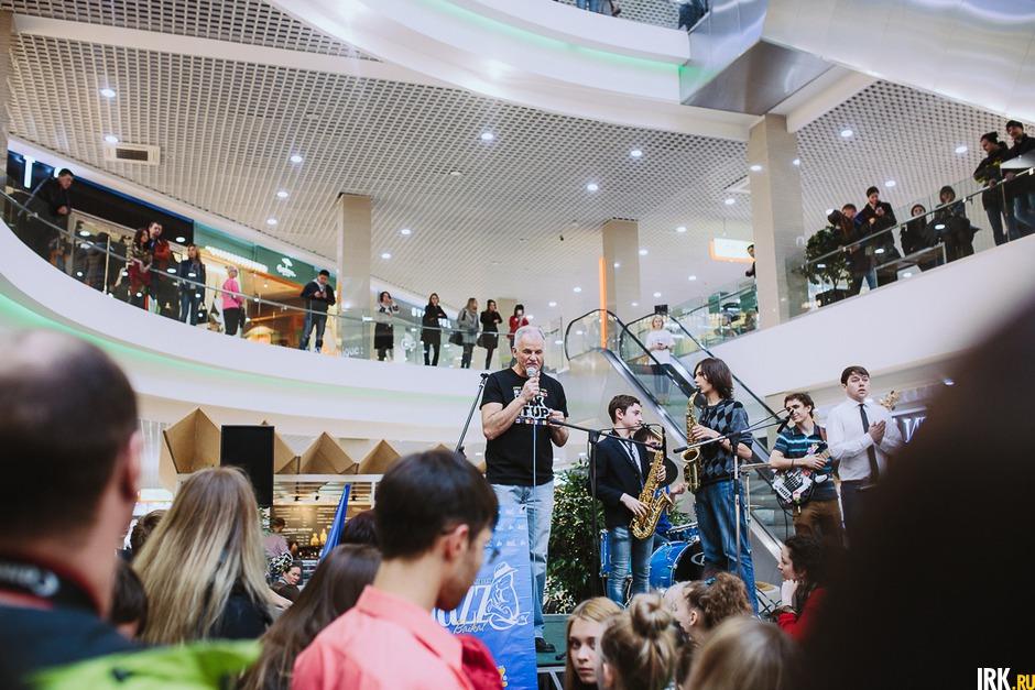 Юбилейный десятый фестиваль «Джаз на Байкале» открылся необычным концертом: музыканты выступили в торгово-развлекательном комплексе.
