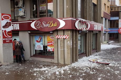 Скрыши дома наулице Байкальской напрохожих упала льдина