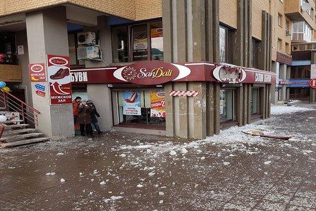 НаБайкальской вИркутске наместных граждан упала ледяная глыба