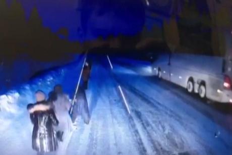 Пассажирам довелось толкать забуксовавший подороге вУсть-Илимск рейсовый автобус