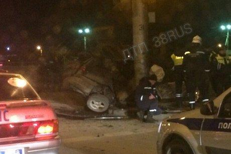 Два человека погибли при столкновении Toyota Caldina со столбом в Иркутске      11 марта 10:27