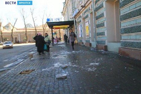 ВИркутске наженщину скрыши упала острая льдина