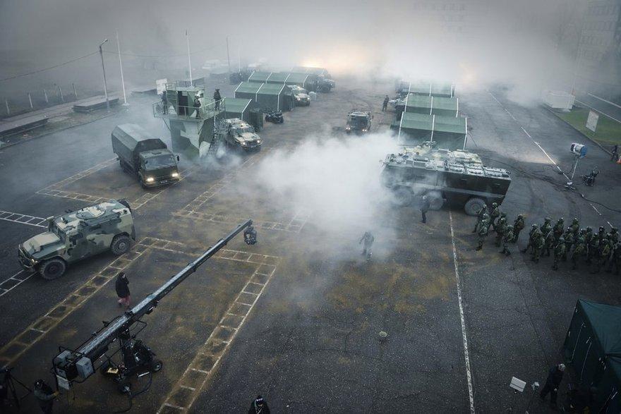 Сцена в военном лагере: дым, грунт, кран, локация (фото с сайта cultofcinema.com)