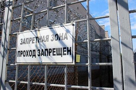 Сотрудника колонии вАнгарске подозревают впередаче осуждённым наркотиков иалкоголя