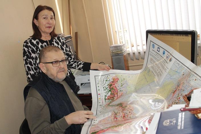 Супруги Имаевы с картой сейсмотектоники Восточной Сибири