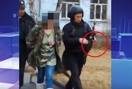 Появилось видео задержания женщины, гулявшей собрезом ушколы вАнгарске