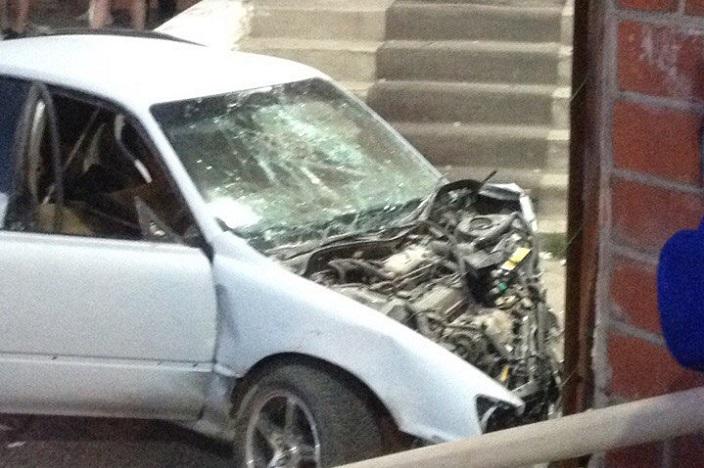 ВАнгарске автомобиль врезался в строение магазина, пассажир иномарки умер наместе