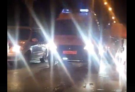 Иркутянин помог машине скорой помощи выехать изпробки после салюта 9мая