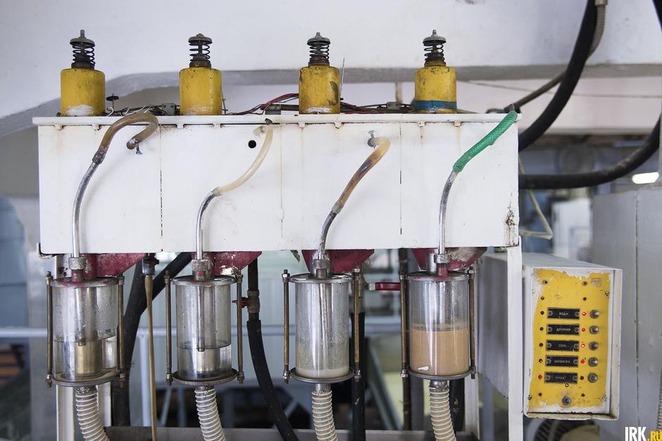 Дозировочная станция подает жидкие компоненты в тестомесильную машину