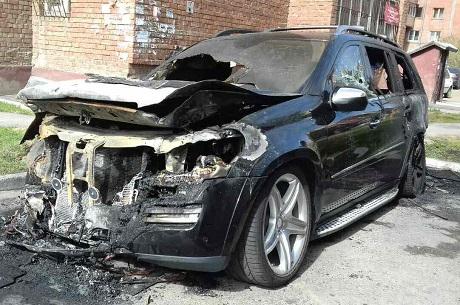 ВИркутске ночью горел автомобиль Mercedes