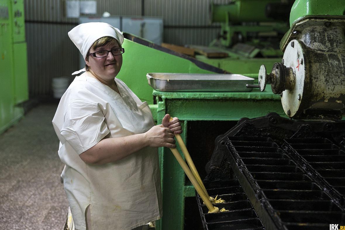 Пекарь 5-го разряда Светлана Синицына смазывает формы растительным маслом