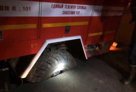 ВИркутске наулице 1-й Красноказачьей пожарная машина провалилась вдорожную яму