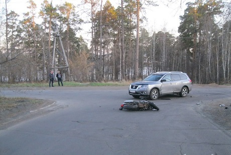 ВБратске ребенок намотоцикле врезался вавтомобиль ипопал вреанимацию