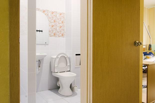 Душевые и туалеты оформлены в разном дизайне, чтобы постояльцы чувствовали себя уютно