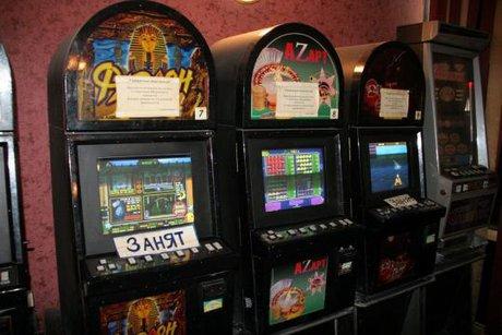 Муж играет в игровые автоматы
